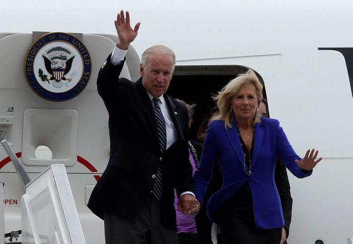 El vicepresidente de Estados Unidos, Joe Biden, y su esposa, Jill Biden, saludan a su llegada a Bogotá, Colombia. (EFE)