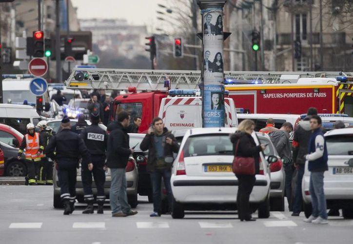 La policía monta un perímetro de seguridad cerca de Porte de Vincennes, en el este de París, Francia, después de que un hombre armado tomara rehenes en un supermercado el pasado viernes. (EFE/Archivo)