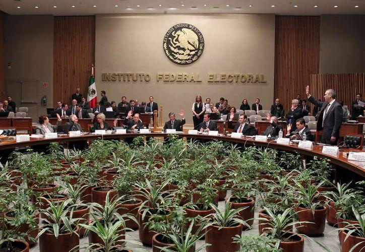 El Consejo General del IFE aprobó que las credenciales con terminaciones 09 o 12 sólo sirvan para votar en 2014. (Notimex)