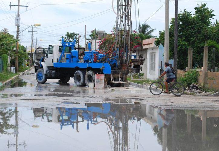 El principal exhorto de las autoridades a la población es no tirar basura en la calle, ya que ésta obstruye la salida del agua. (Tomás Álvarez/SIPSE)