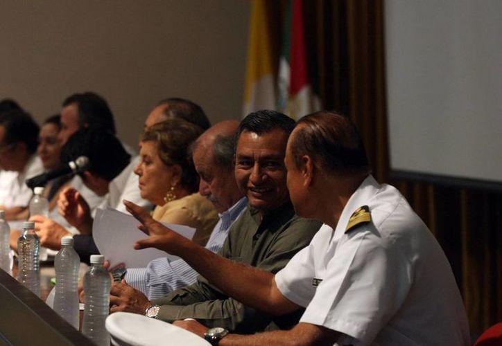 Representantes de diversos organismos participaron en el foro realizado en la Unimayab sobre la posible despenalización de la marihuana. (SIPSE)