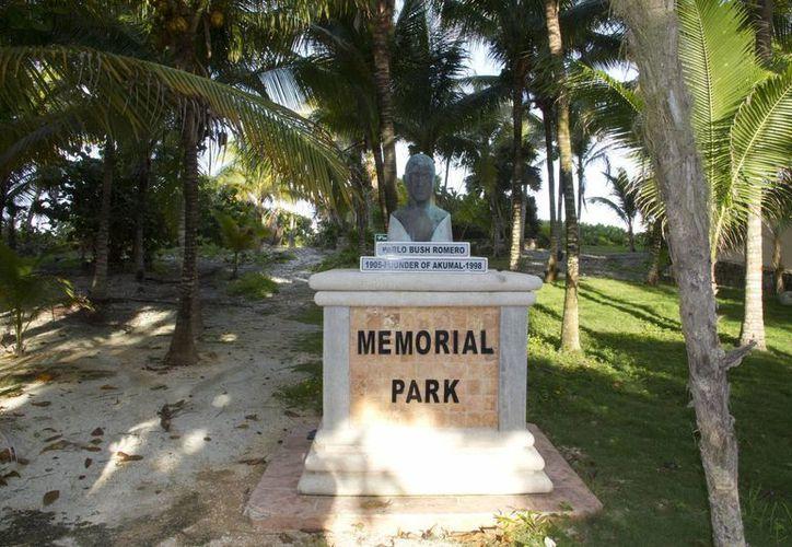 En el busto del fundador del poblado, se ve la leyenda Pablo Bush Romero 1905 founder of Akumal 1998. (MIguel Ángel Ortiz/SIPSE)