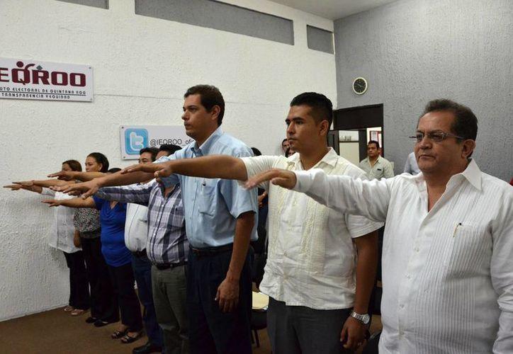 El Consejero Presidente, Jorge Manríquez Centeno, tomó protesta a ocho ciudadanos en sustitución de quienes presentaron su renuncia el pasado 5 de abril. (Jorge Carrillo/SIPSE)