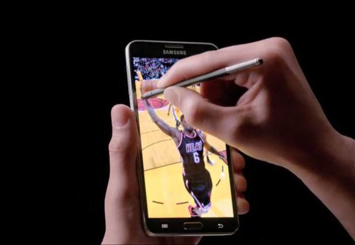 El basquetbolista Lebron James, nueva imagen de la marca, es el protagonista del comercial del Galaxy Note 3. (Captura de pantalla)