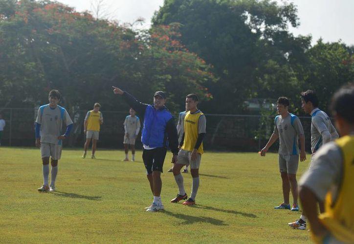 El técnico Juan Carlos Chávez da indicaciones a jugadores del CF Mérida, que perdieron su primer partido y ganaron el segundo. (Milenio Novedades)