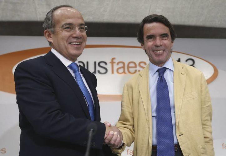 Calderón estuvo acompañado en la conferencia por el exjefe del gobierno español, José María Aznar. (EFE)