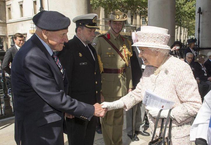 La reina Isabel II asistió a un evento en la iglesia St. Martin-in-the-Fields en el cual varios veteranos de guerra recordaron a sus compañeros de combate. (AP)