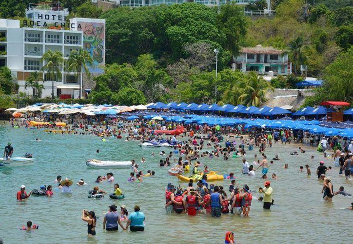 Autoridades refuerzan operativos de vigilancia en los destinos de playa mexicanos. Imagen del puerto de Acapulco, Guerrero. (Archivo/Notimex)