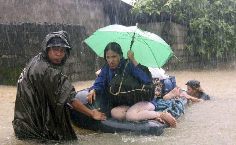 Un soldados rescata a los residentes atrapados en Subic, provincia de Zambales, al noroeste de Manila, Filipinas. (Agencias)