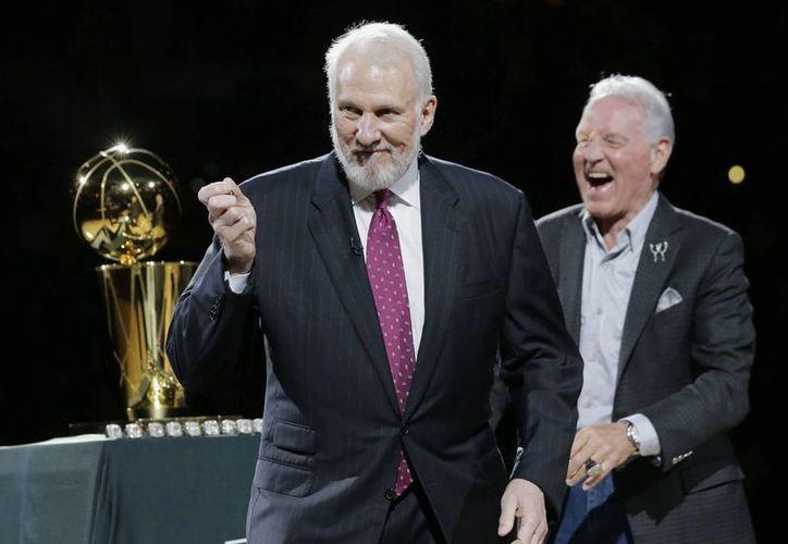 Gregg Popovich (i), quien en la foto celebra con el dueño de Spurs, Peter Holt, la obtención de los anillos por el campeonato de la NBA en octubre de 2014 será el nuevo entrenador de la selección de basquetbol de Estados Unidos tras los Juegos Olímpicos de 2016. (AP)