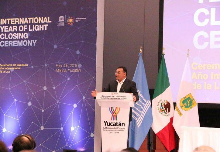 El gobernador inaugura las actividades de clausura del año internacional de la luz en el Centro de Convenciones Yucatán Siglo XXI. (José Acosta/SIPSE)