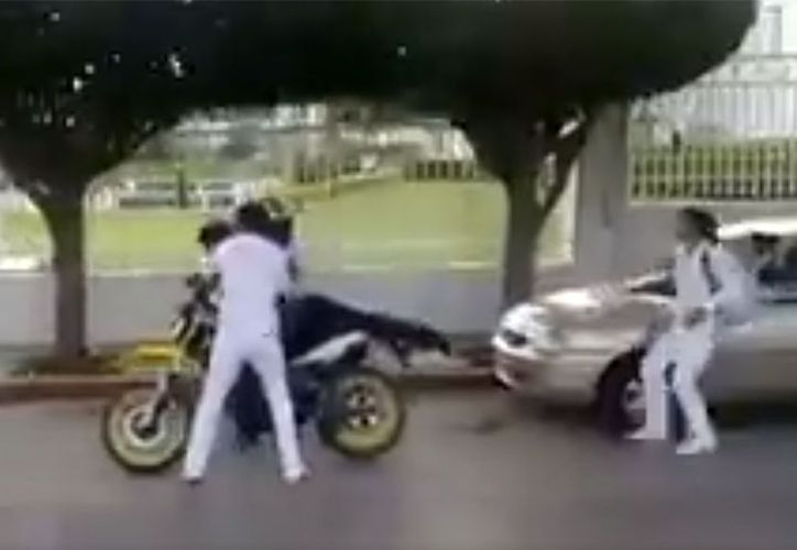 """Aguanta, aguanta…"""", son las únicas palabras que pronuncia el sujeto mientras lo golpean. (Foto: Captura del video)"""