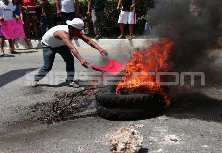 Los inconformes quemaron llantas como parte de la protesta. (Jorge Acosta/Milenio Novedades)