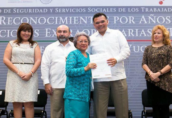 El Mandatario estatal y el delegado del Issste, Luis Hevia Jiménez, encabezaron la ceremonia de reconocimiento. (SIPSE)