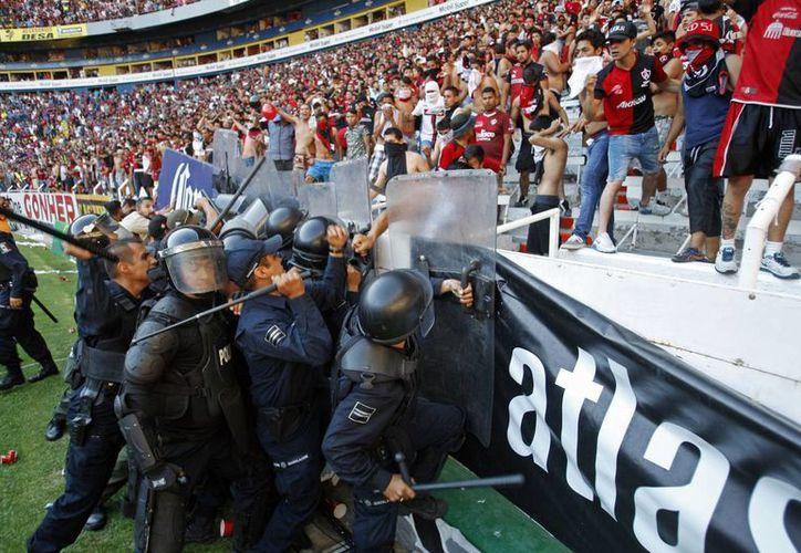 A partir de ahora la Policía de Jalisco no se encargará de cuidar que los barras bravas o porristas violentos no hagan desmanes, sino que eso queda en manos de los clubes. (lajornadajalisco.com.mx)