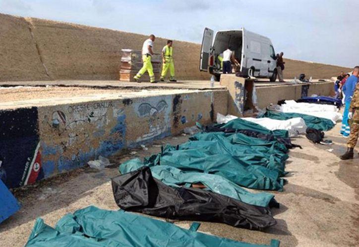Los cadáveres fueron apilados en el muelle de la isla. (Agencias)