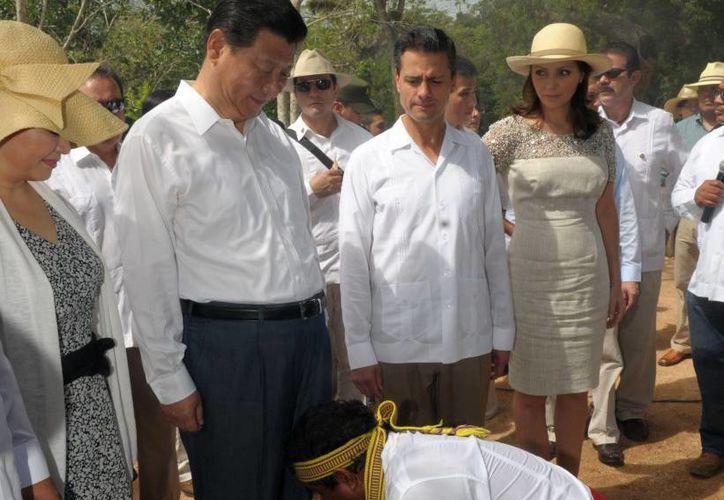 Los presidentes visitaron varios puntos de Chichén, entre ellos los templos de Kulkulcán y el de Los Guerreros; en la imagen, el sacerdote maya los 'limpia'. (presidencia.gob.mx)