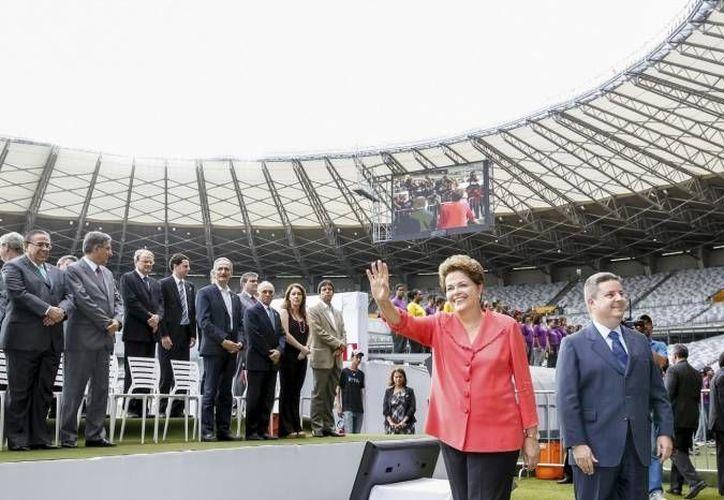 """La presidenta brasileña Dilma Roussef en el estadio """"el Mineirao"""", en Belo Horizonte. (EFE/Archivo)"""