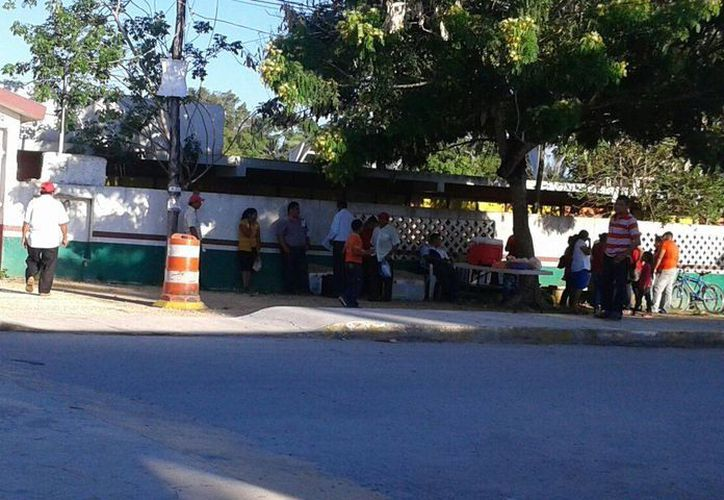Los funcionarios de casilla, ya se encuentran en la primaria Simón Bolívar. (Pedro Olive/SIPSE)