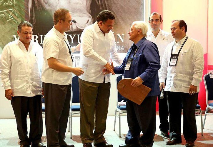 El Gobernador entregó reconocimientos a dos ganaderos, criadores de la raza Brangus en un hotel de la ciudad de Mérida. (Milenio Novedades)