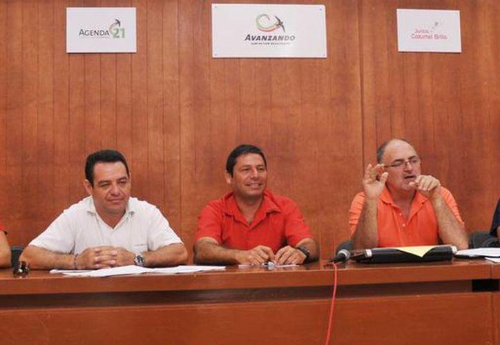 El presidente de la Asociación de Nadadores del estado y autoridades municipales. (Cortesía/SIPSE)
