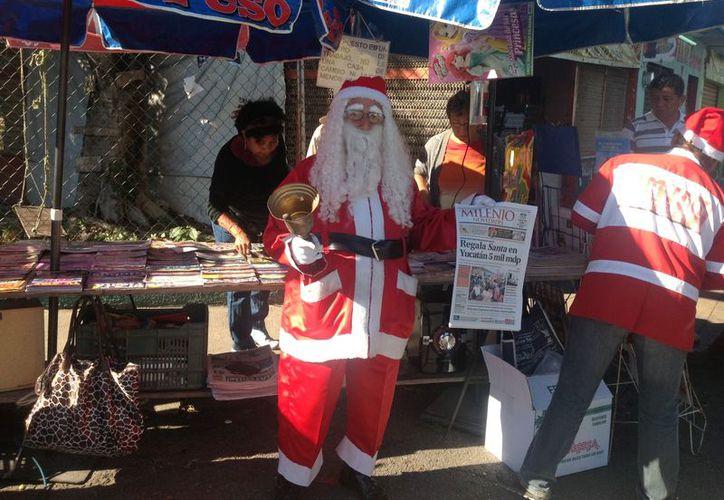 Mariano Tejero Arceo vendiendo periódicos vestido de Santa Claus. (Agencia Reforma)