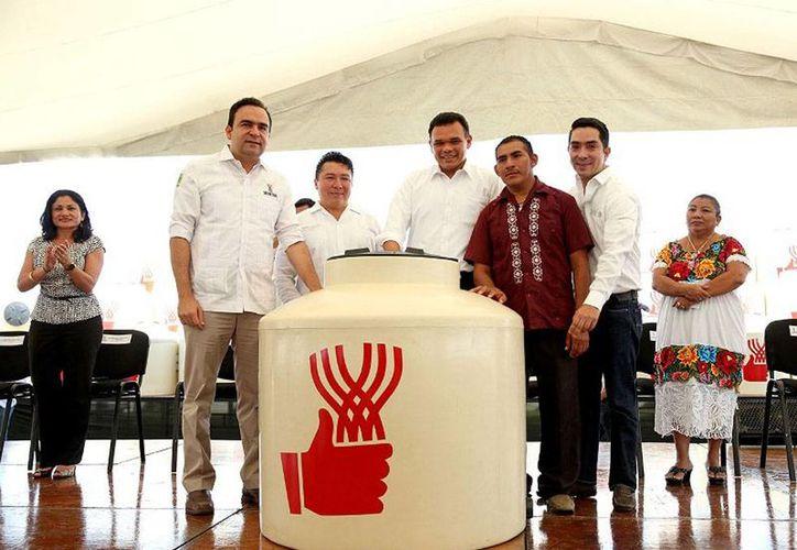 Dentro del Programa de Desarrollo para Zonas Prioritarias del Gobierno de Yucatán, este sábado se inició la entrega de 21,000 tinacos en 7 municipios. (yucatan.gob.mx)