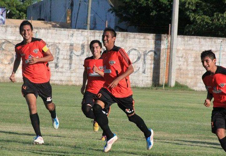 """Con un promedio de 0.6 goles por partido, David """"Buitre"""" Martínez, ha perforado las redes de Bonfil, Corsarios, Pioneros y Jaguares 48. (Ángel Mazariego/SIPSE)"""