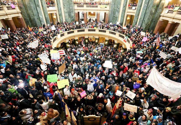 Cientos de defensores inmigrantes aparecen durante una protesta en el Capitolio de Wisconsin. (AP)