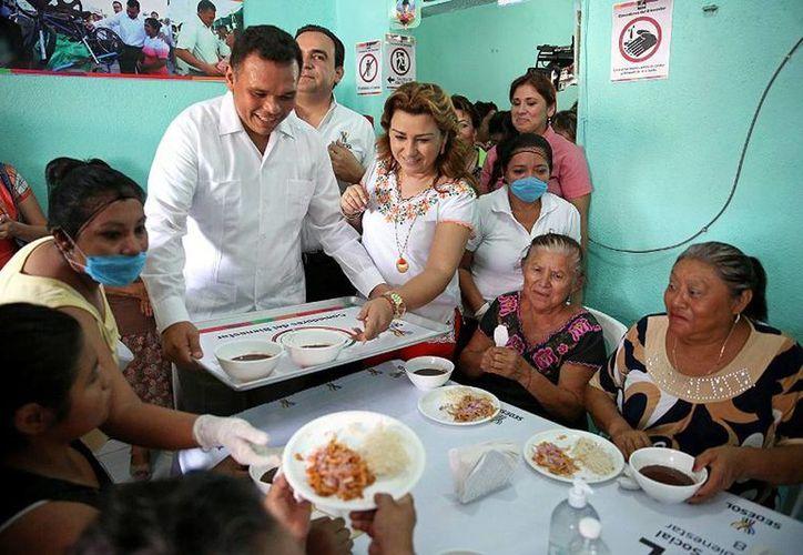 """El gobernador inauguró el primero de los """"Comedor del bienestar"""" en beneficio de adultos mayores, niños discapacitados y vulnerables de la colonia Santa Rosa. (Cortesía)"""