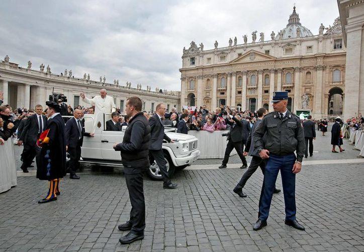 El papa Francisco saluda a los fieles a su llegada a ayer a la audiencia general de los miércoles, en la Plaza de San Pedro. (EFE)