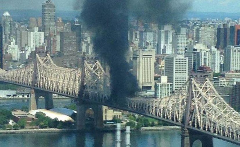 Los primeros reportes señalan que se trata de un camión que se incendió. (Twitter @ActualidadRT)