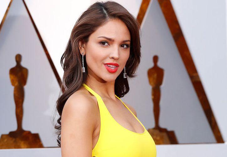 Eiza recibió muchas críticas por usar un vestido amarillo en los premios Oscar. (Foto: RT)