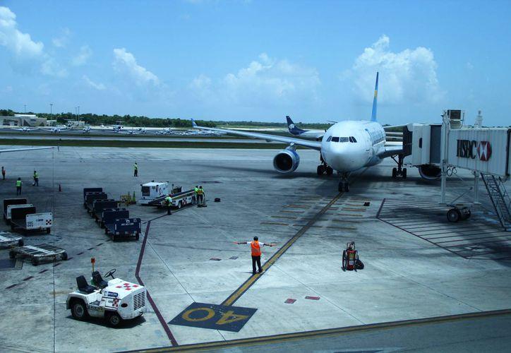 Sin revelar sus nombres, gerentes de aerolíneas de la terminal dos de Cancún dijeron que dependerá de cada empresa los posibles ajustes en los precios de sus boletos. (Gonzalo Zapata/SIPSE)