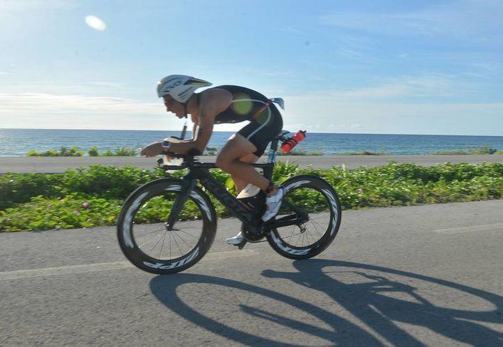 El alemán Andi Boeherer terminó como el hombre de hierro indiscutible de la edición 2015 del Ironman 70.3 millas en la Isla Cozumel. (Gustavo Villegas/SIPSE)