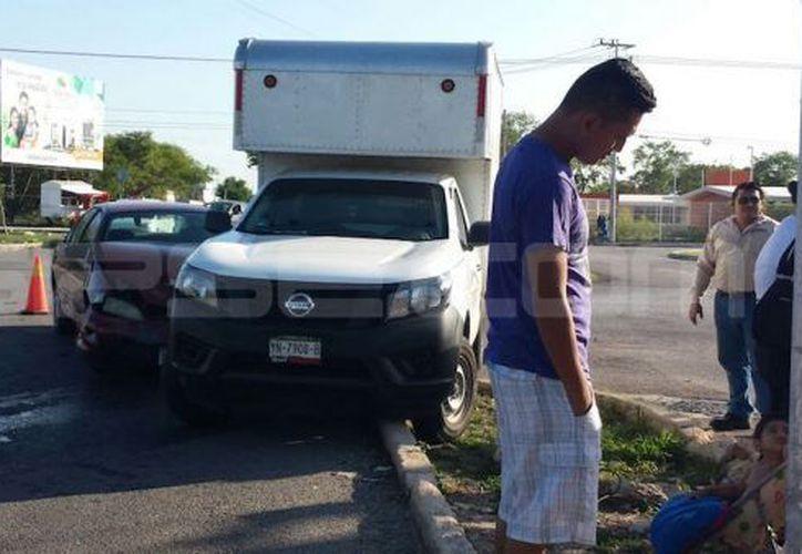 Una camioneta provocó un aparatoso accidente en Ciudad Caucel en el que los ocupantes de un Cavalier resultaron lesionados. (Aldo Pallota/ SIPSE)
