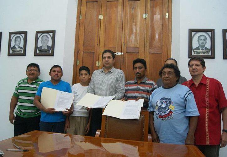 Durante la firma de convenio en el Palacio Municipal de Progreso. (Manuel Pool/SIPSE)