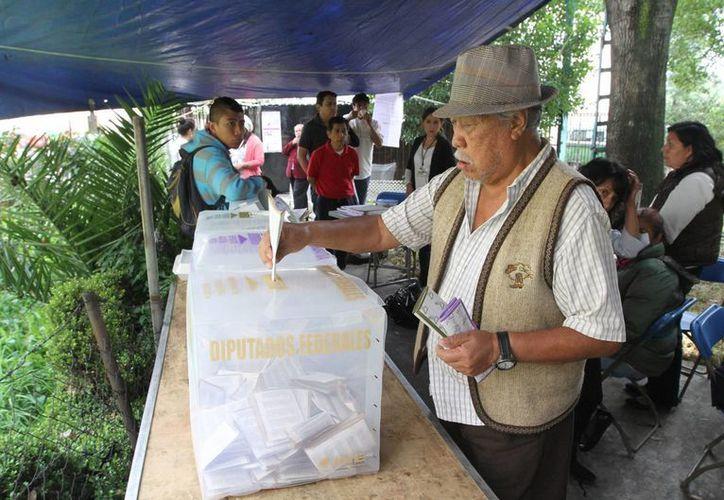 Los partidos recibieron dinero para las campañas y podían usar recursos de su financiamiento ordinario. Imagen de contexto de un hombre depositando su voto el pasado 7 de junio de 2015, en la ciudad de México. (Archjivo/Notimex)
