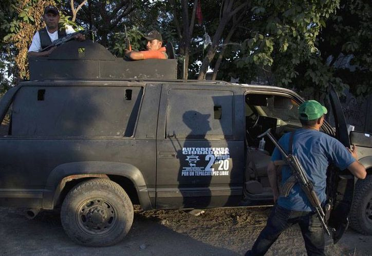 Un vocero de las autodefensas de Michoacán confirmó que los dos cadáveres calcinados que fueron encontrados ayer en la mañana corresponden a dos integrantes de estos grupos. La imagen corresponde a las autodefensas de Las Yeguas. (Archivo/agencias)