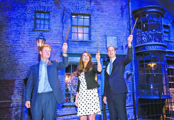 Harry y Kate se emocionaron cuando el tour llegó al Gran Salón de la Escuela de Hogwarts, donde el pequeño mago aprendió algunos de sus fantásticos hechizos. (Agencias)