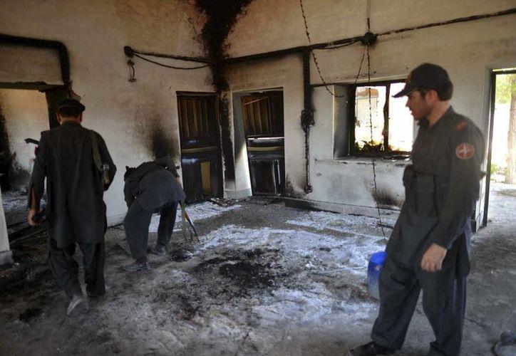Soldados pakistaníes revisan la casa donde ocurrió la matanza, en la aldea de Dars, valle de Tirah, en la región tribal de Khyber. (EFE)