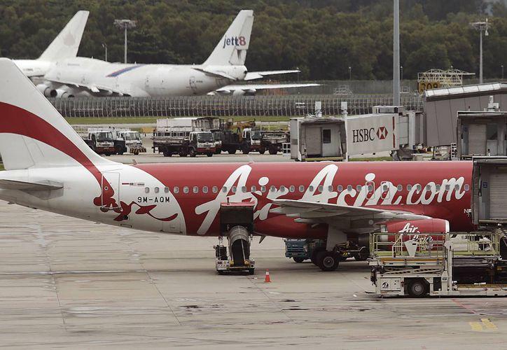 Un avión de AirAsia está estacionado en la pista del aeropuerto internacional de Changi, Singapur. (Agencias)