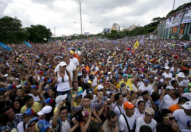 Aspecto de la marcha en Caracas, Venezuela, el 26 de octubre de 2016, donde miles de opositores manifestaron su rechazo a la suspensión del proceso de referendo para recortar el mandato del presidente Nicolás Maduro. (AP/Ariana Cubillos)