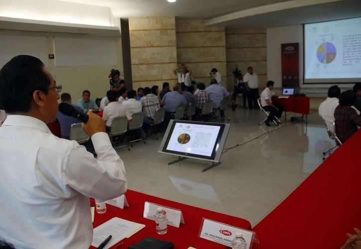 El director de la Junta de Electrificación dio a conocer la elevada inversión en Yucatán para 2014. (Juan Albornoz/SIPSE)