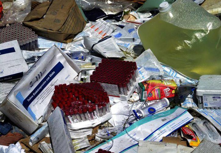 El material clínico estaba repartido por montículos en un perímetro no mayor de 100 metros. (Harold Alcocer/SIPSE)