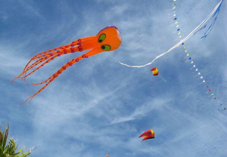 El cielo se pinta de colores en el Kite Festival de Isla Blanca. (Archivo/SIPSE)