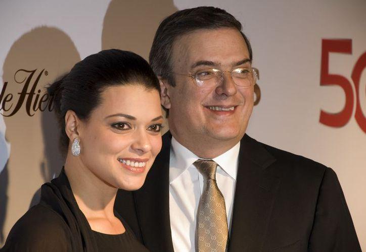 Marcelo Ebrard Casubón y su esposa, Rosalinda Bueso. (Archivo/Notimex)