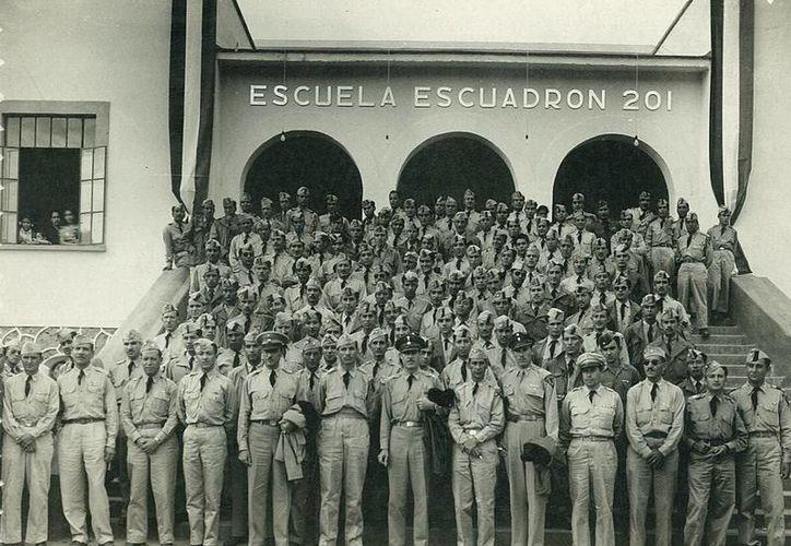 """Fotografía de los miembros de la FAEM en la Inauguración de la Escuela """"Escuadrón 201″, en   Tepoztlán, Morelos el 25 de noviembre de 1945 a su regreso a México. (Imagen tomada de escuadron201.org.mx)"""
