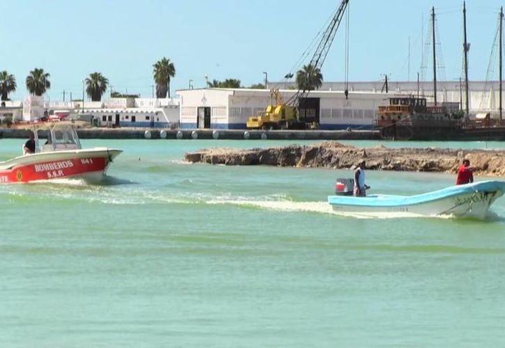 Una lancha de rescate de la SSP resguarda la nave 'Arafely', a su llegada a La Caleta, en Progreso. (Cortesía)