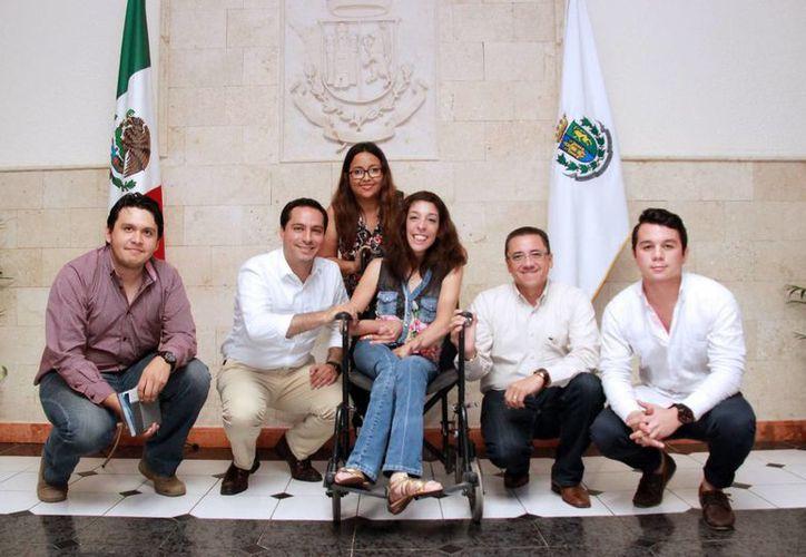 La joven Liliana y sus compañeros posaron con el Alcalde en la sala de Presidencia del Ayuntamiento de Mérida. (Milenio Novedades)